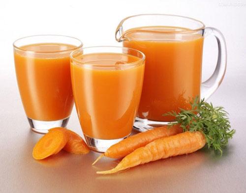 Thêm đá và thưởng thức ngay món sinh tố cà rốt