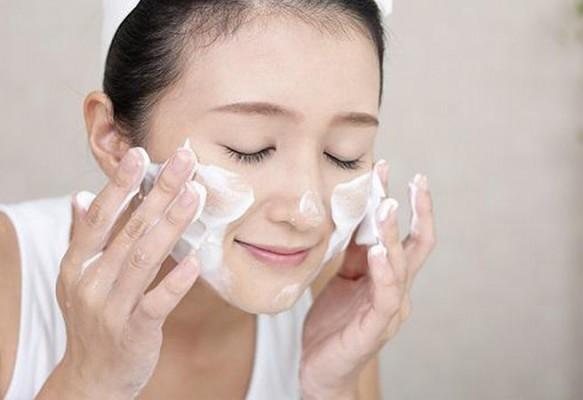 Rửa mặt bằng sữa rửa mặt để loại bỏ bụi bản, bã nhờn